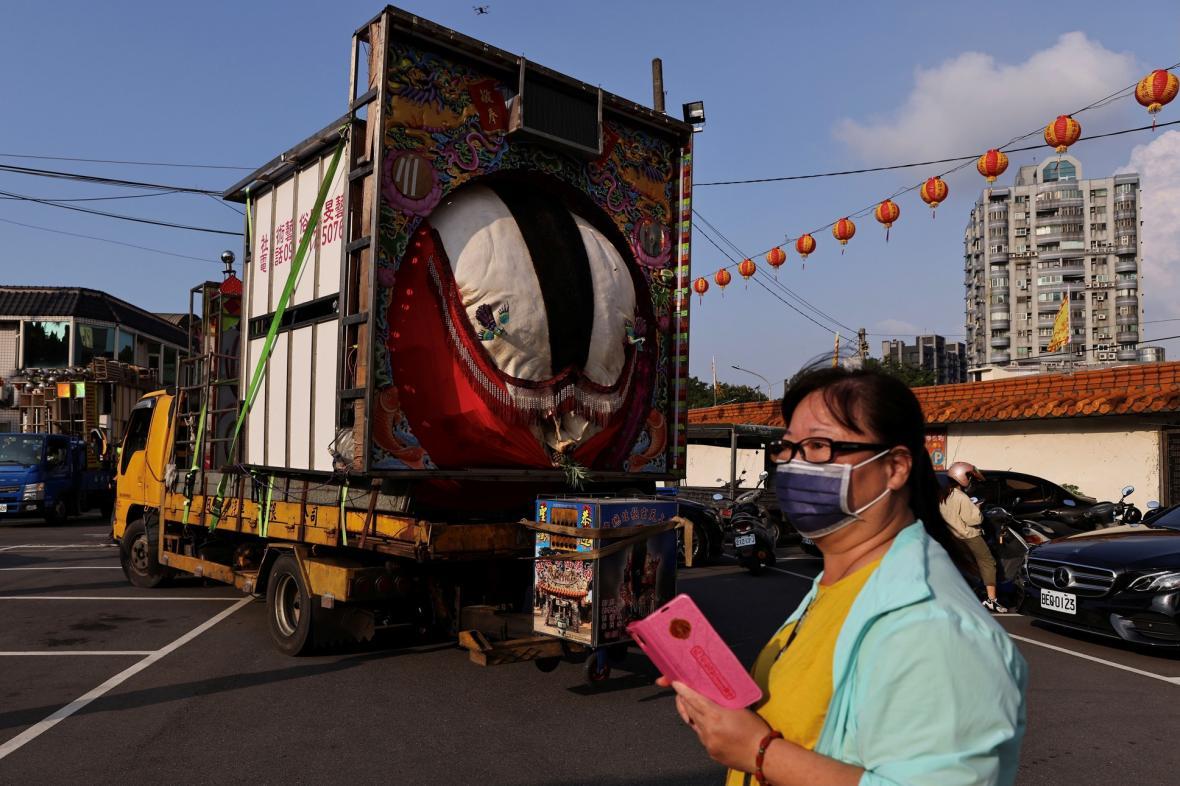 Festival hladových duchů se koná v zemích, jejichž obyvatelé vyznávají taoismus nebo budhismus. Fotografie ukazují tradice věřících v Tchaj-peji na Tchaj -wanu