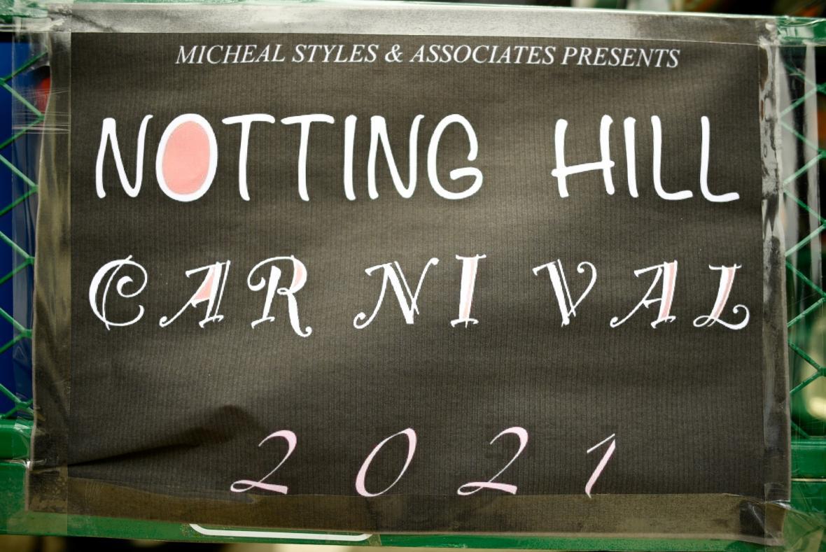 Karneval Nothing Hill v Londýně se v roce 2021 nekoná. Z obav o šíření onemocnění covid-19 jeho přípravy přerušili samotní pořadatelé. Několik fanoušků se ale do londýnských ulic vydalo slavit