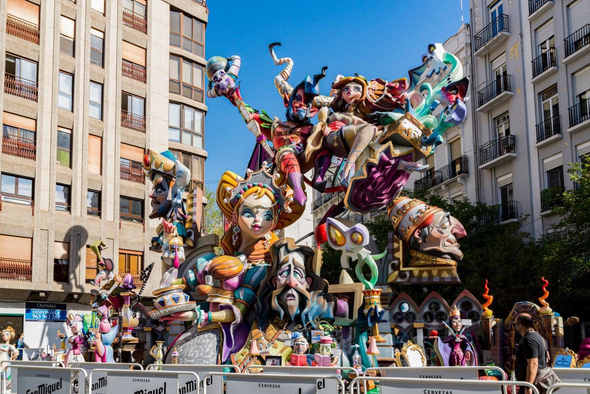 Las Fallas vhání do ulic Valencie radost každý rok od 15. do 19. března a přípravy trvají celý rok. Letošní ročník byl z obav před šířením onemocnění covid-19 přesunutý na datum 1. až 5. září