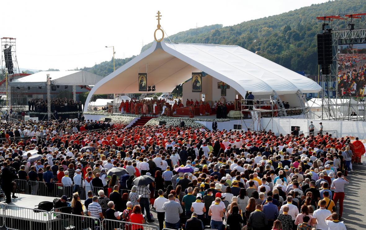 Na liturgii s papežem Františkem dorazily do Prešova tisíce lidí