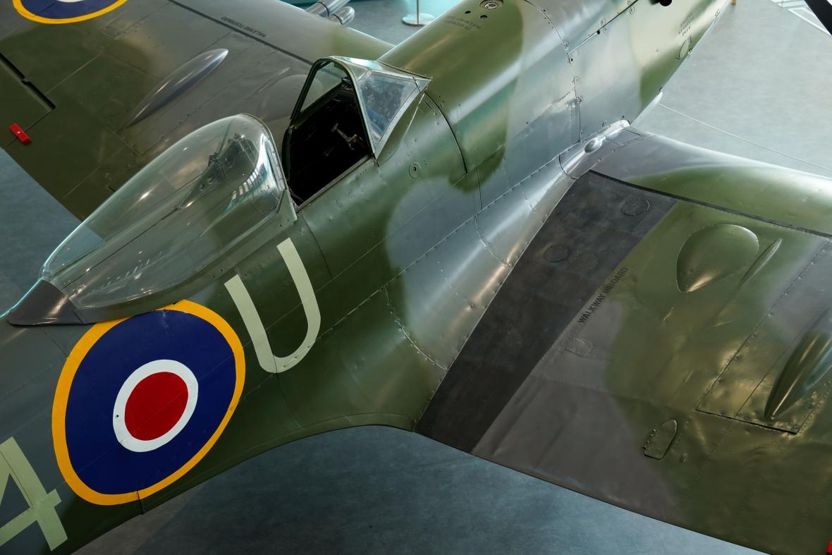 Britský válečný veterán Norman Lewise pokřtil zrekonstruované letadlo Spitfire v Muzeu a galerie umění Potteries v anglickém městě Stoke-on-Trent