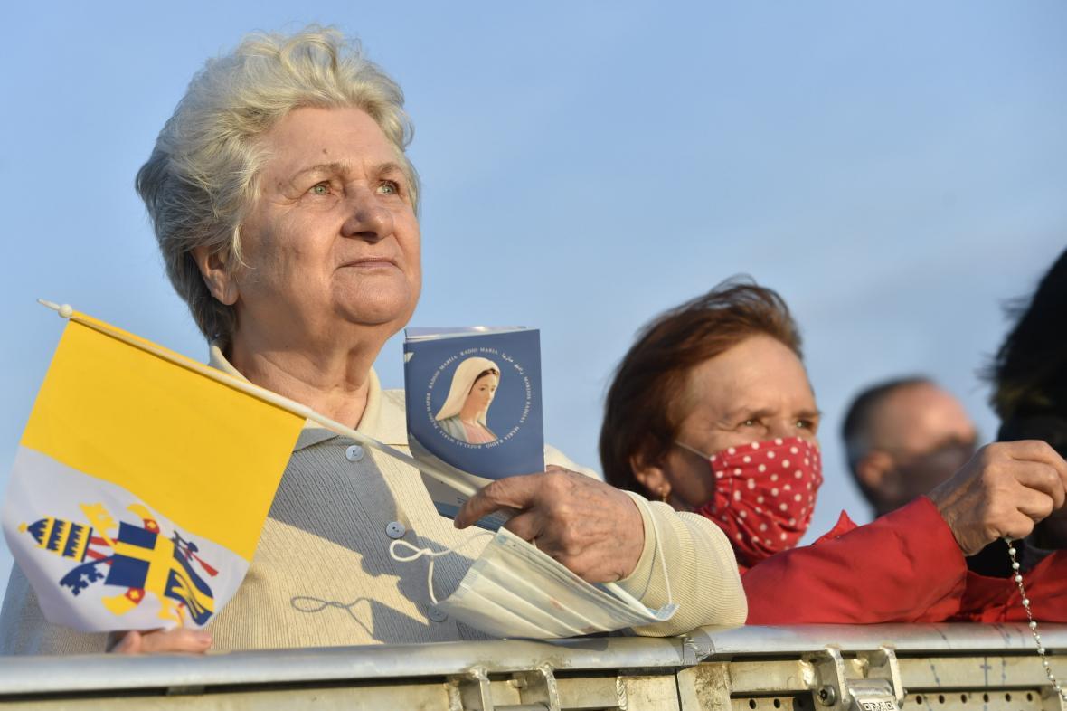 Věřící čekají v Šaštíně na mši s papežem od časného rána