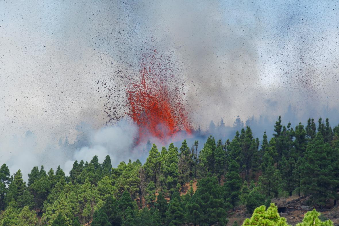 Na Kanárských ostrovech začala sopečná erupce, úřady evakuují některé obyvatele