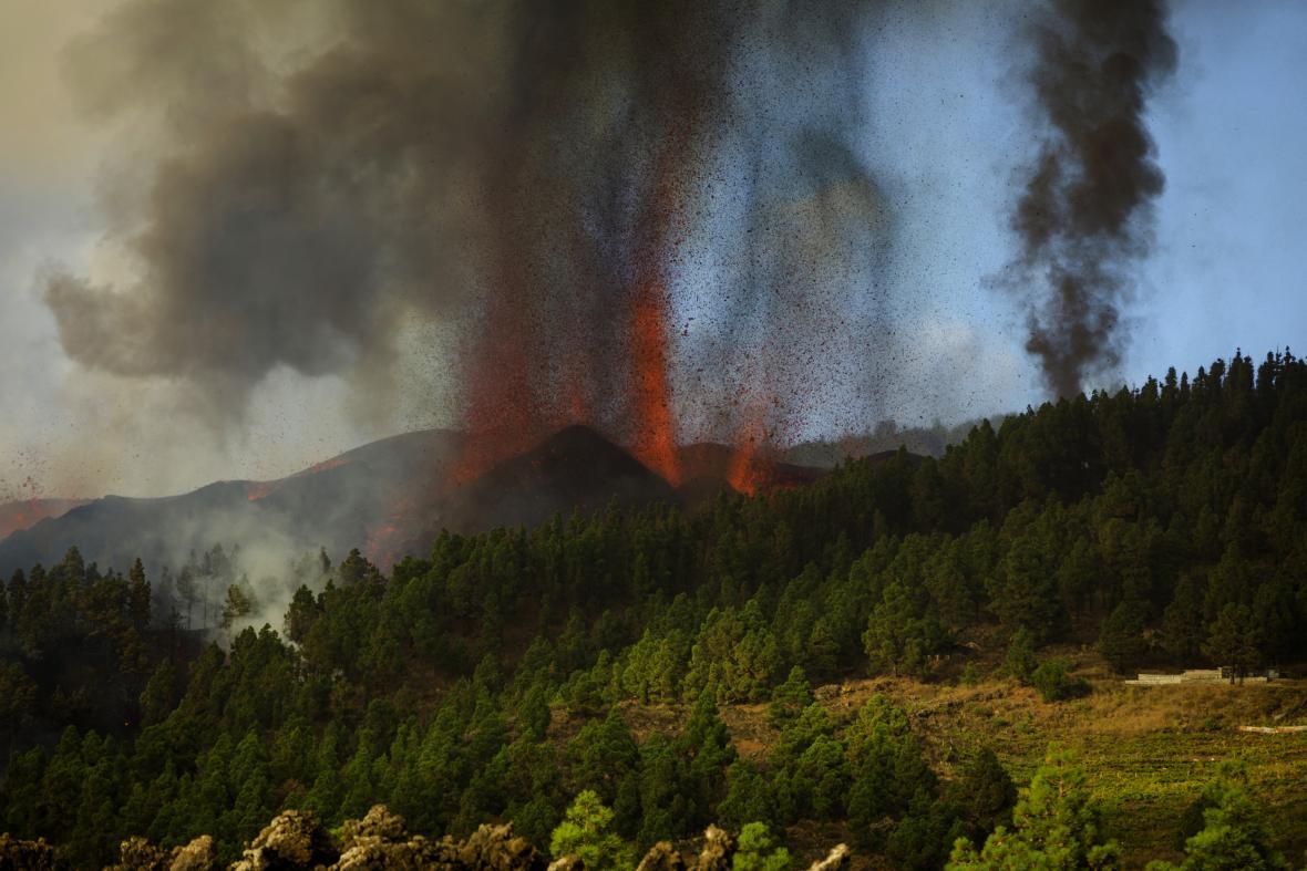 Výbuch sopky Cumbre Vieja na ostrově La Palma, který je součástí Kanárských ostrovů