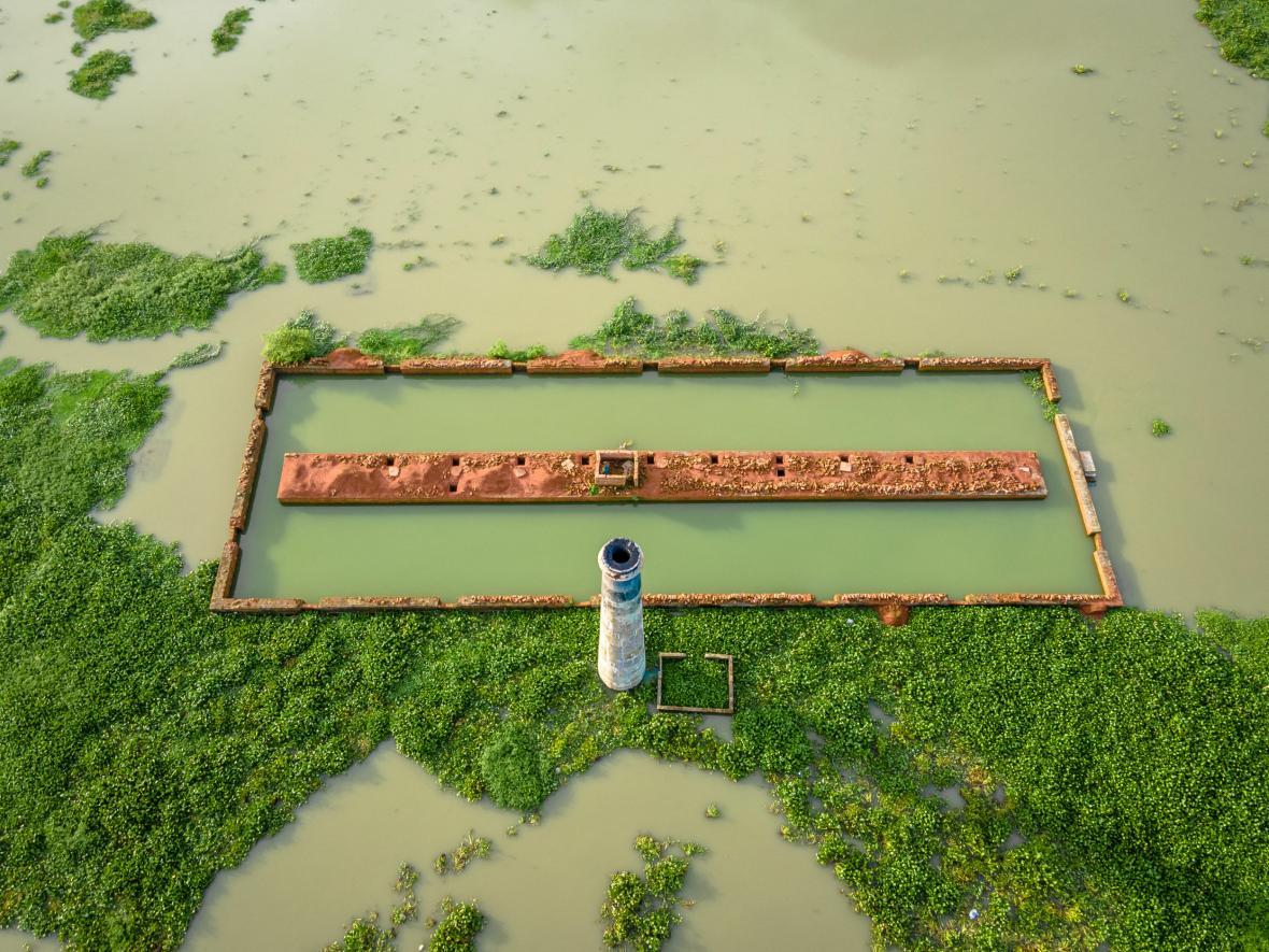Cihláři z bangladéšského Savaru zachraňují během záplav nevypálené cihly, které by se ve vodě rychle rozpadly