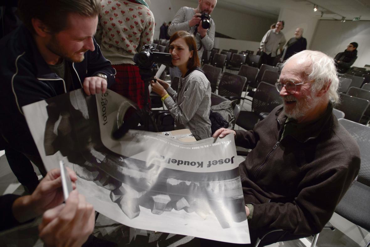 Fotograf Josef Koudelka, který věnoval několika českým státním kulturním institucím na 2000 fotografií reprezentujících jeho celoživotní dílo, vystoupil 21. září 2021 v Praze na tiskové konferenci