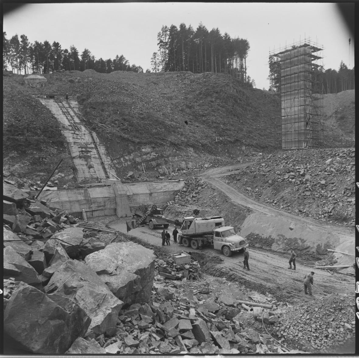 Na stavbě vodní nádrže na Malé Hané u Opatovic na Vyškovsku dokončili dělníci v roce 1972 práce na hlavních objektech celé přehrady, především na odběrné věži vody z vlastní nádrže, vlastní sypané hrázi, skluzu a vývaru vody