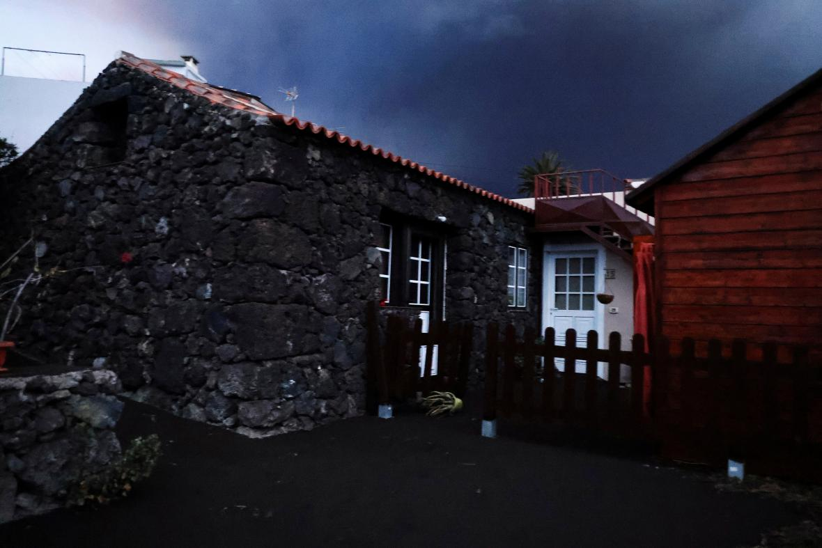 Dům na ostrově La Palma pokrytý sopečným popelem