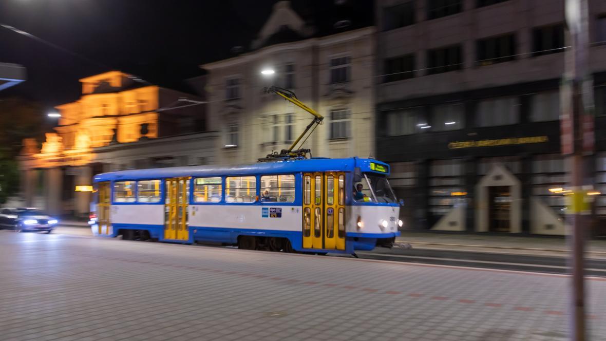 Prázdná noční tramvaj v Ostravě