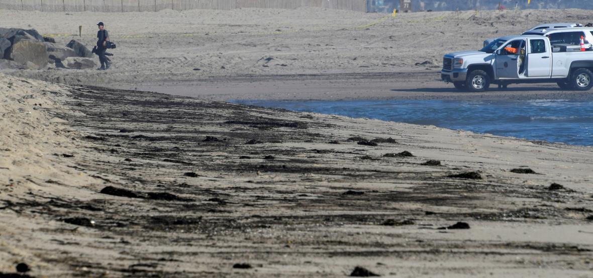Ekologové se vypořádávají s jednou z největších olejových skvrn, která postihla pobřeží Jižní Kalifornie
