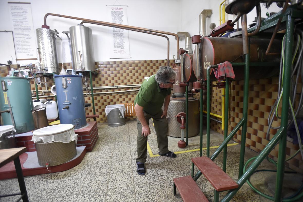 Příprava pálenky v pěstitelské pálenici v Buchlovicích na Uherskohradišťsku