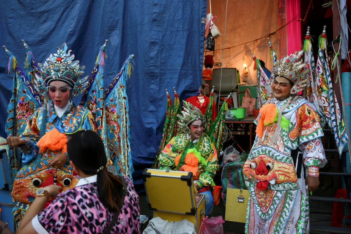 Členové čínské operní společnosti se připravují na vystoupení 6. října 2021 během každoročního vegetariánského festivalu v Bangkoku