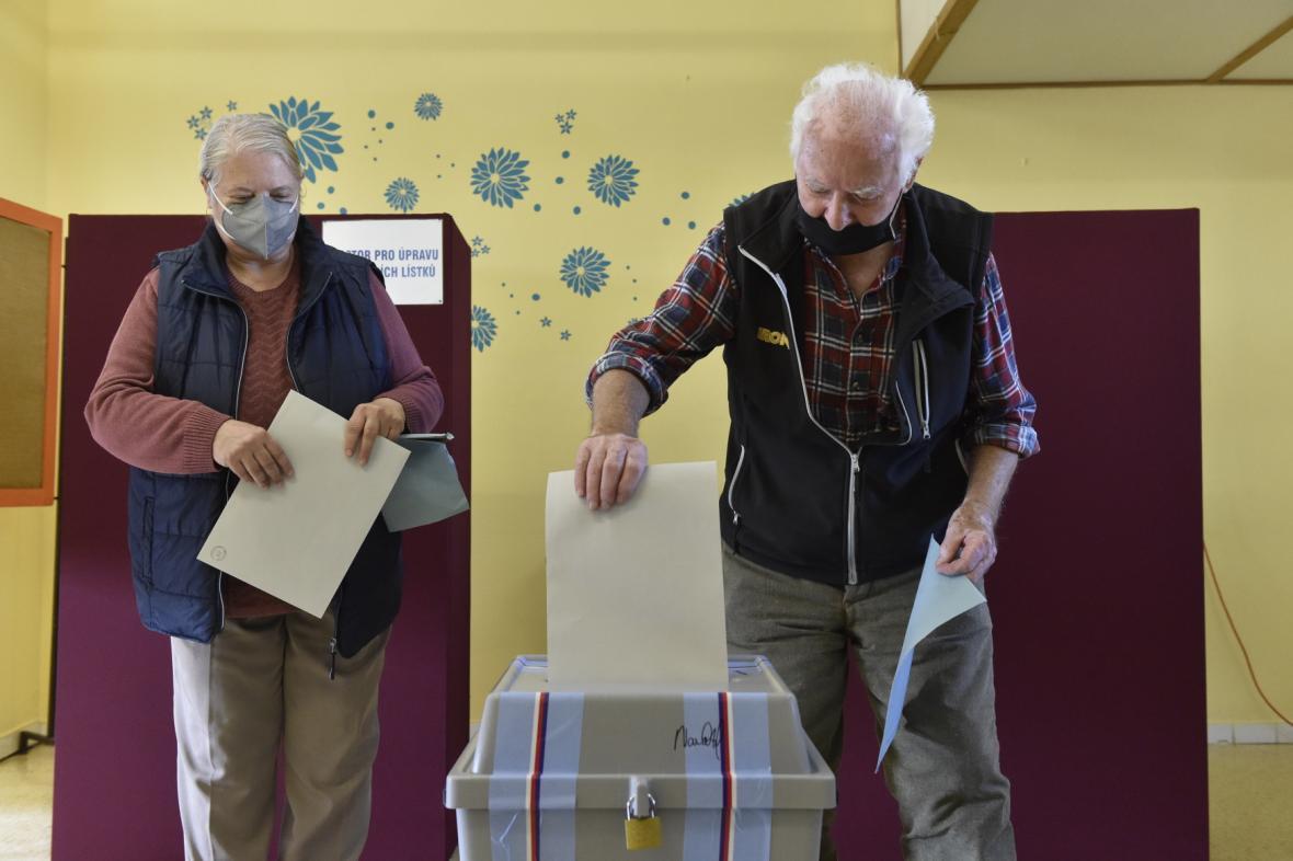 Hlasování ve volební místnosti v Moravské Nové Vsi
