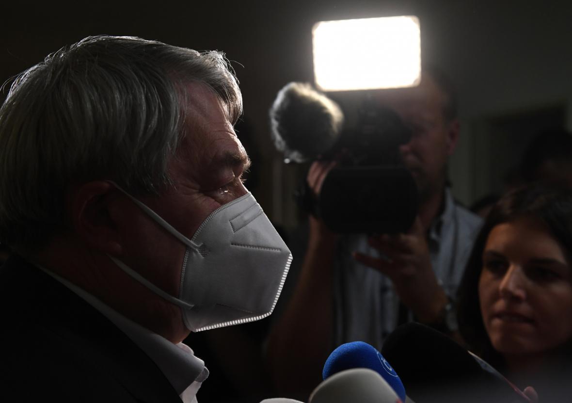 Předseda KSČM Vojtěch Filip hovoří s novináři