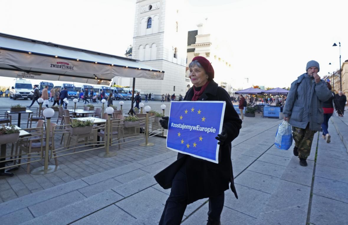 Poláci přišli demonstrovat na podporu členství Polska v Evropské unii.