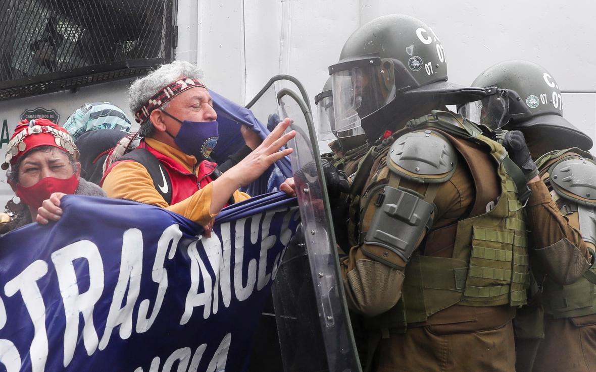 Demonstrace tradičních obyvatel v Chile proti výročí Kryštofa Kolumba