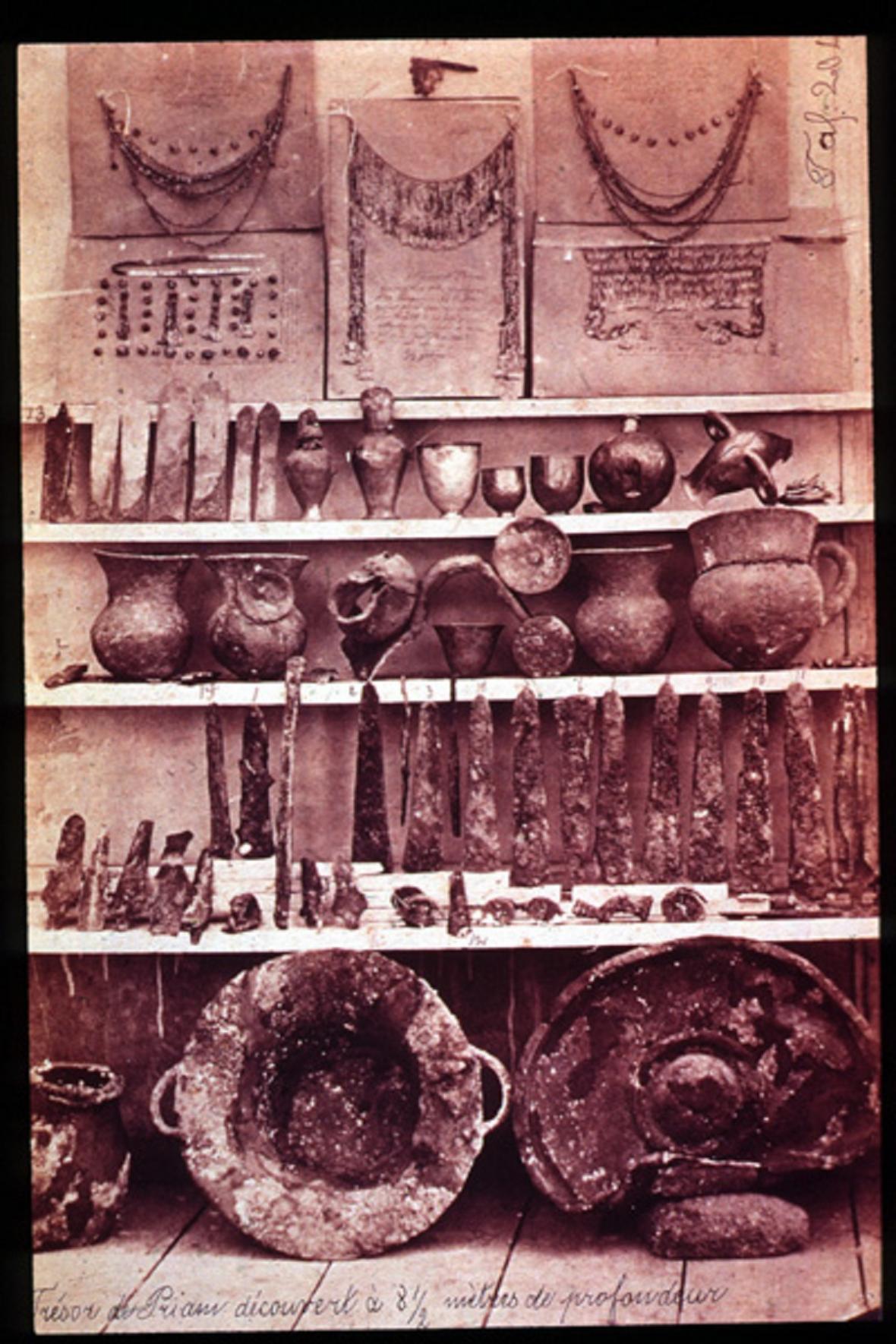 Trv. Priamův poklad objevený Schliemannem