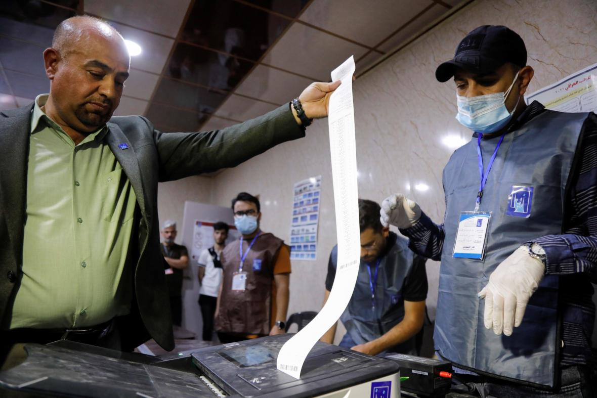 V Iráku skončily parlamentní volby. Hlasování v Iráku provázela rekordně nízká účast obyvatelstva