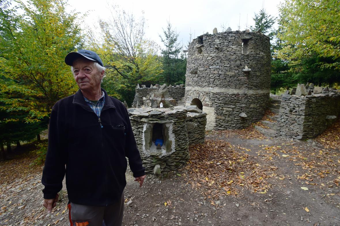 Deset let zabrala důchodci Zdeňku Procházkovi stavba napodobeniny zříceniny středověkého hradu, který vlastníma rukama vybudoval nedaleko Lipové na Prostějovsku. Hrádek dostal název Špacírštejn