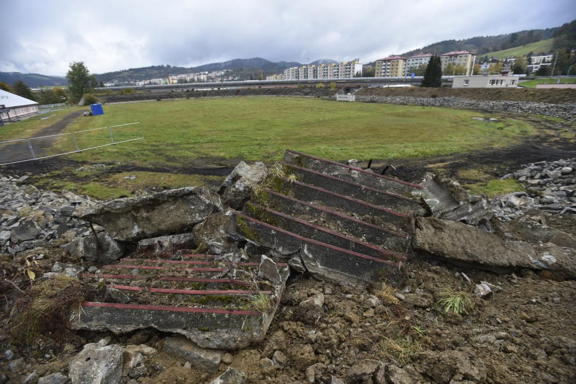 Demolice ochozů zchátralého stadionu ve Vsetíně