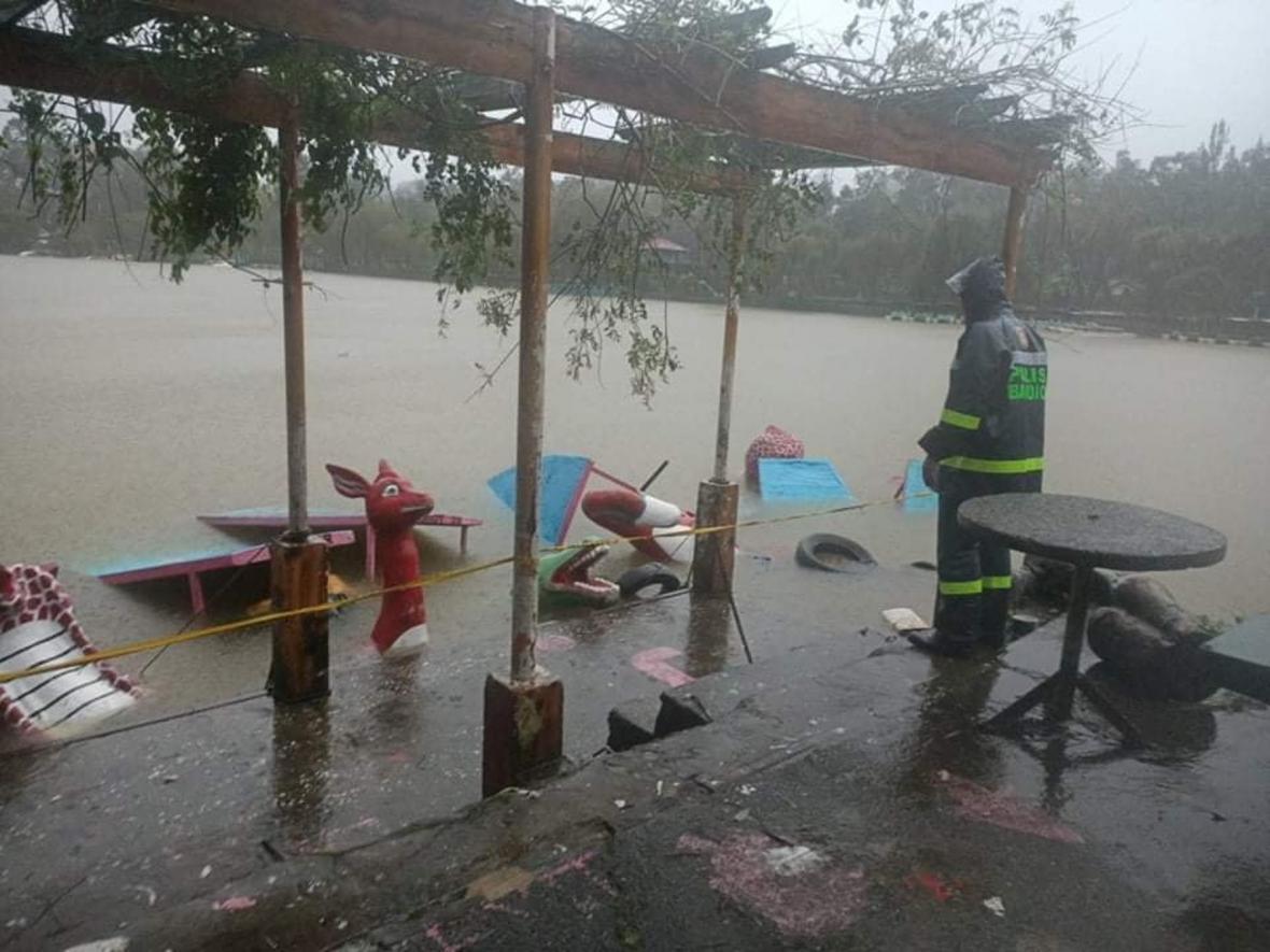 Fotografie ukazují situaci v horské oblasti, kde bouře Kompasu způsobila silné záplavy na řece Chico u městaBontoc na Filipínách
