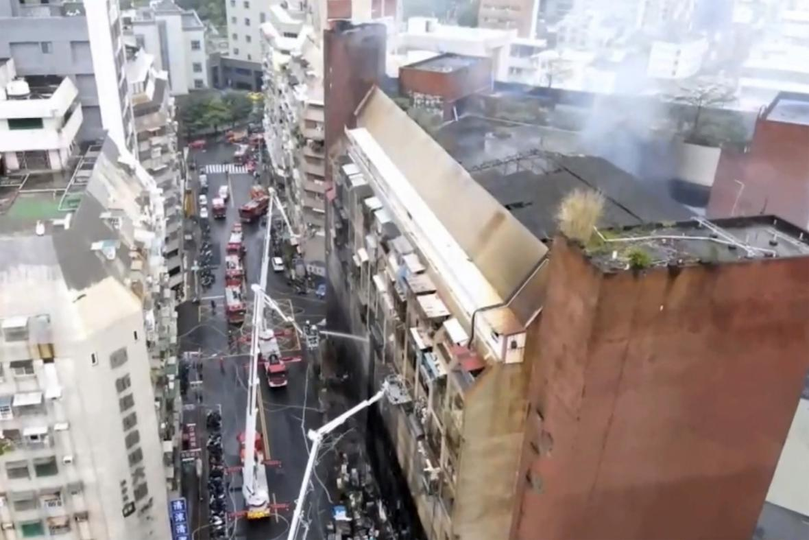 Zásah hasičů během požáru výškové budovy v ve městě Kao-siung na jihu Tchaj-wanu