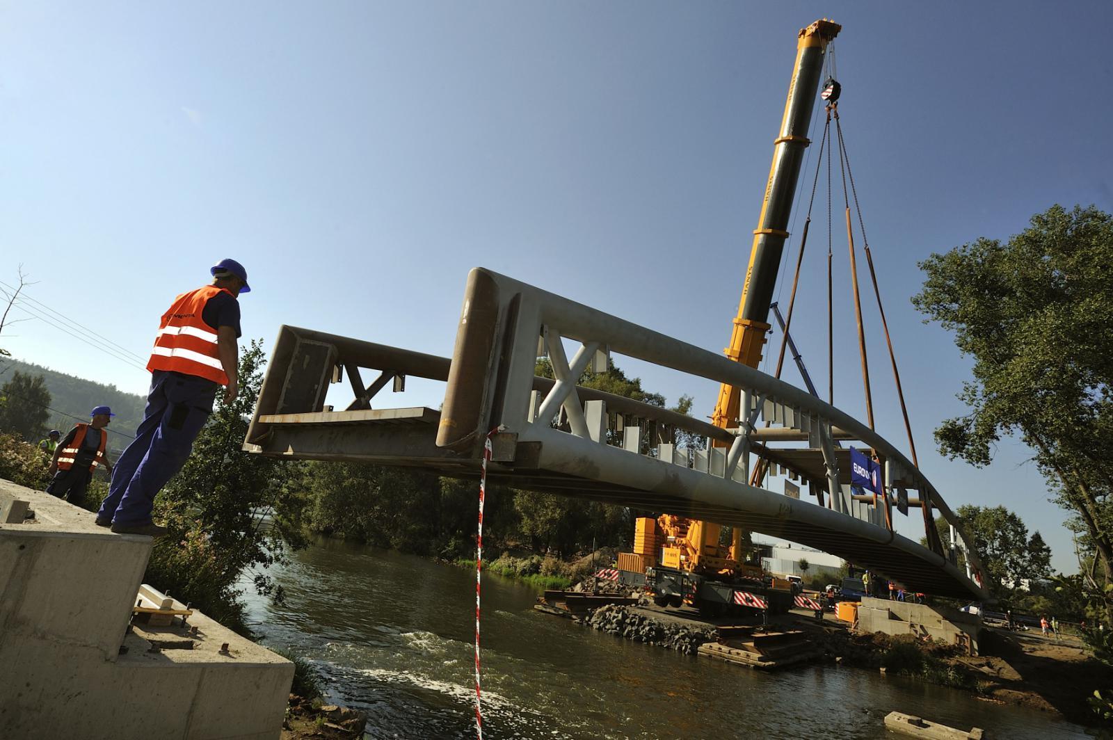 Instalace nového mostu přes Ohři v Karlových Varech