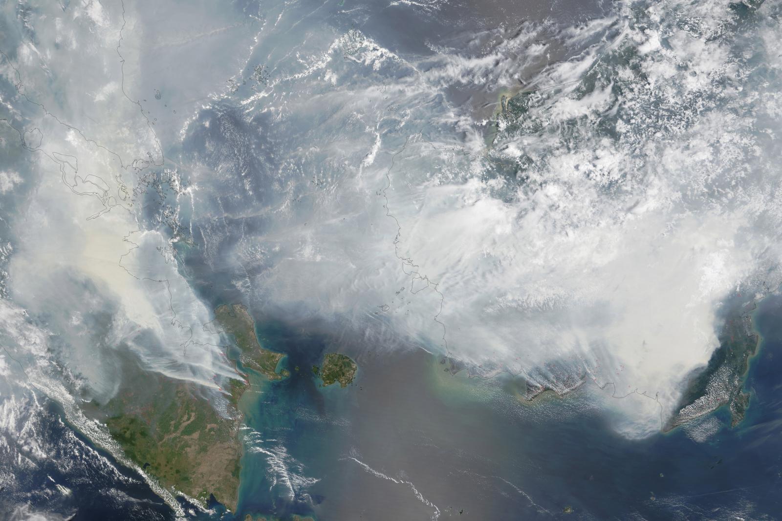Satelitní snímek NASA nad jihovýchodem Asie (polovina září)