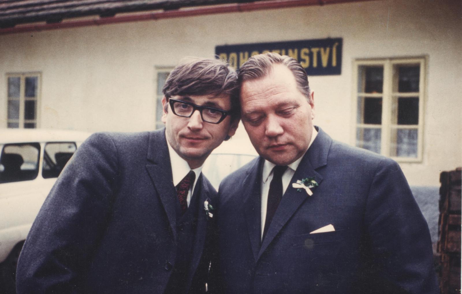 Jiří Menzel a Rudolf Hrušínský na svatbě Rudolfa Hrušínského ml. (1970)