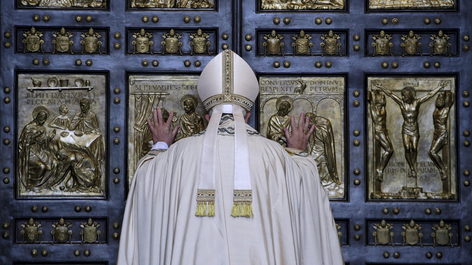 Papež František otevírá Svatou bránu