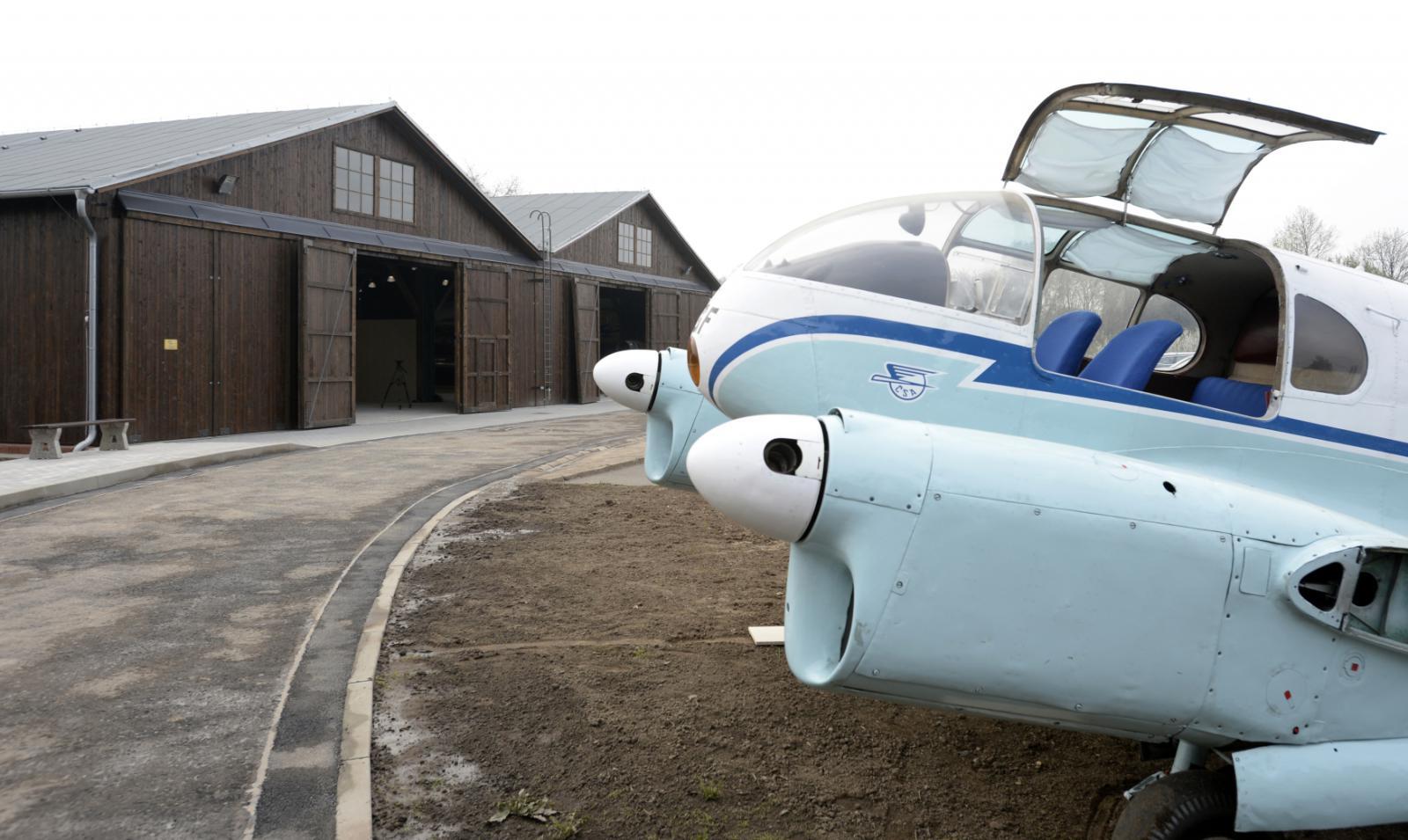 Letadlo Aero C 45 před jedním ze dvou zrekonstruovaných hangárů v areálu Staré Aerovky