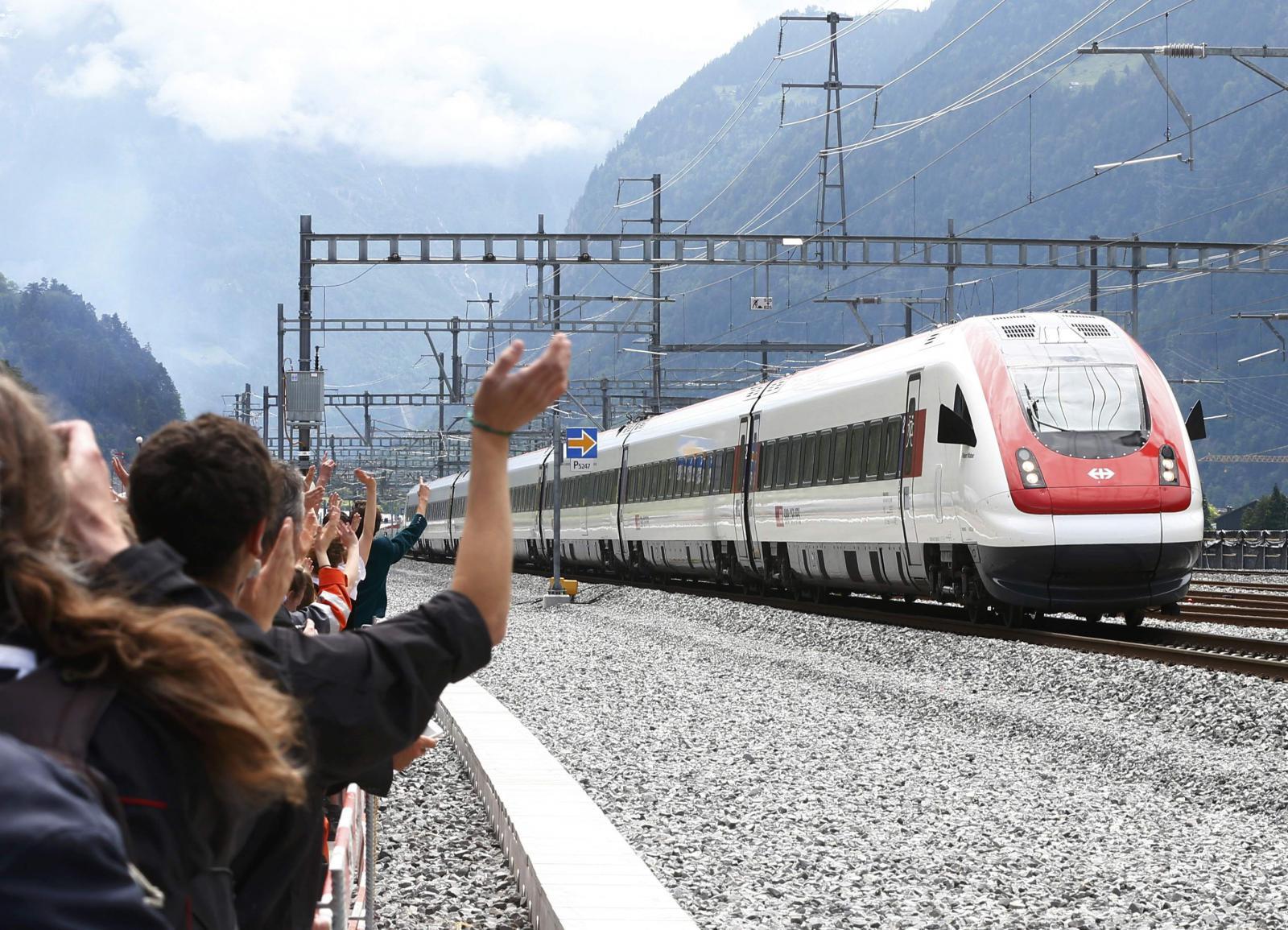 Gotthardským tunelem projel první vlak