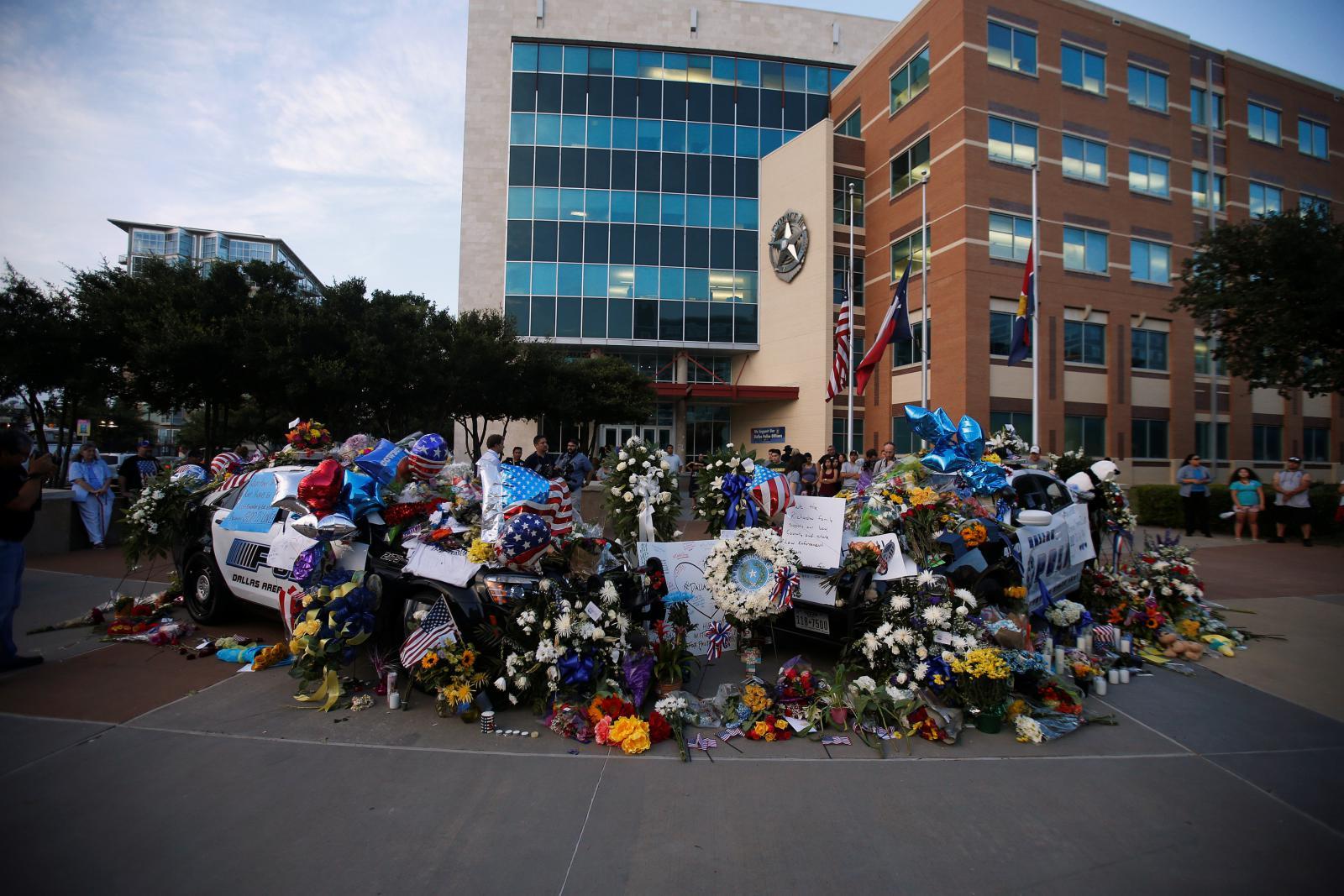 Dallas truchlí po smrti pěti policistů
