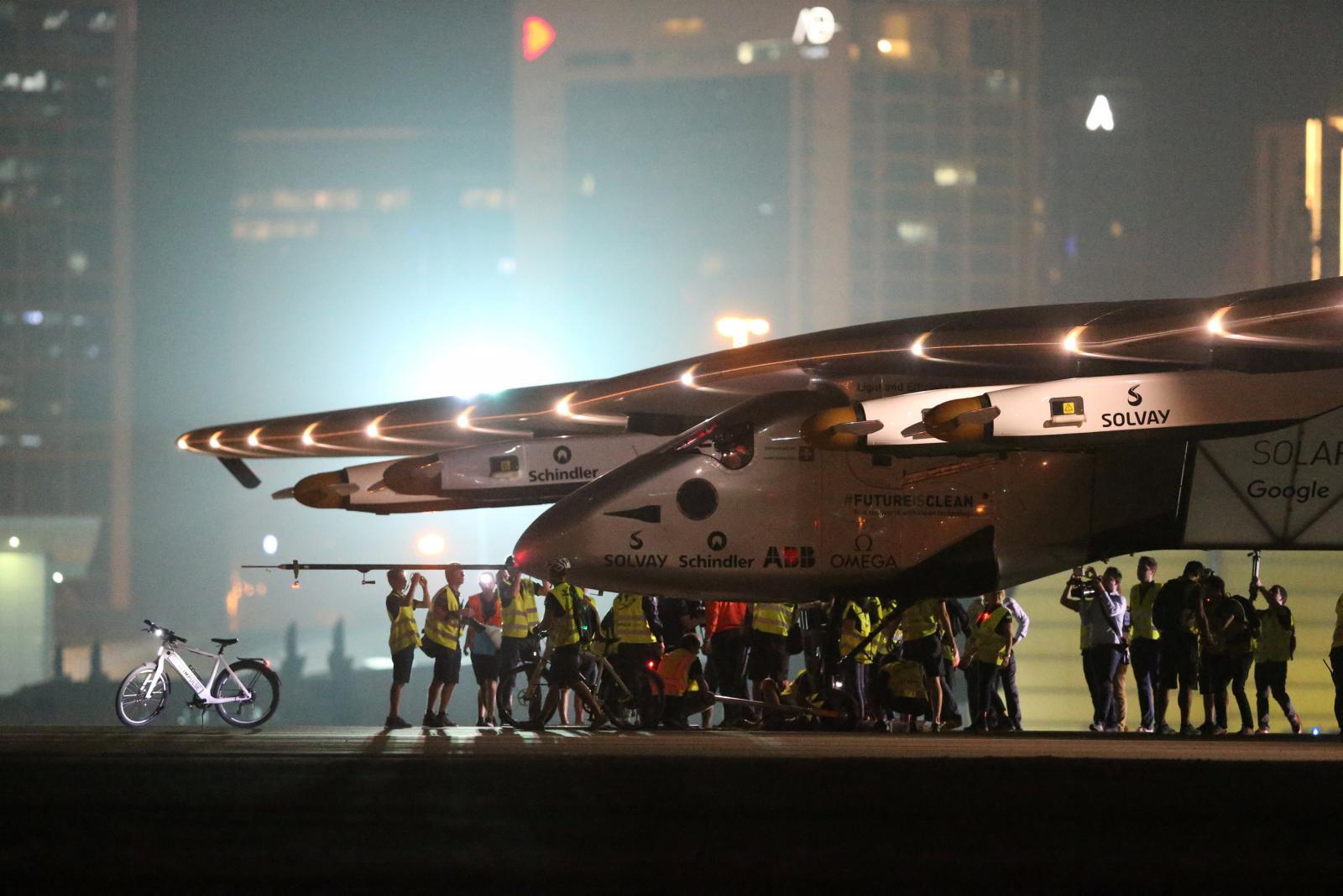 Solar Impulse 2 přistál v Abú Zabí poté, co zdárně obletěl svět