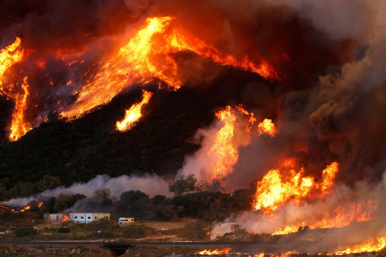 Požár zničil karavany v kempu v San Bernardinu