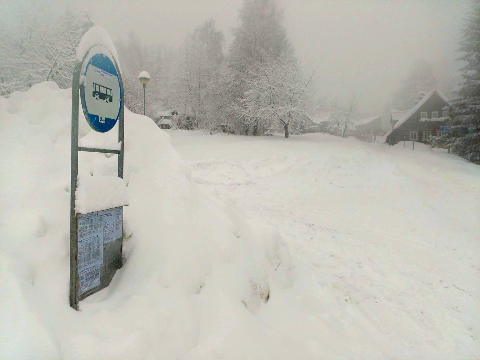 Zapadaná autobusová zastávka