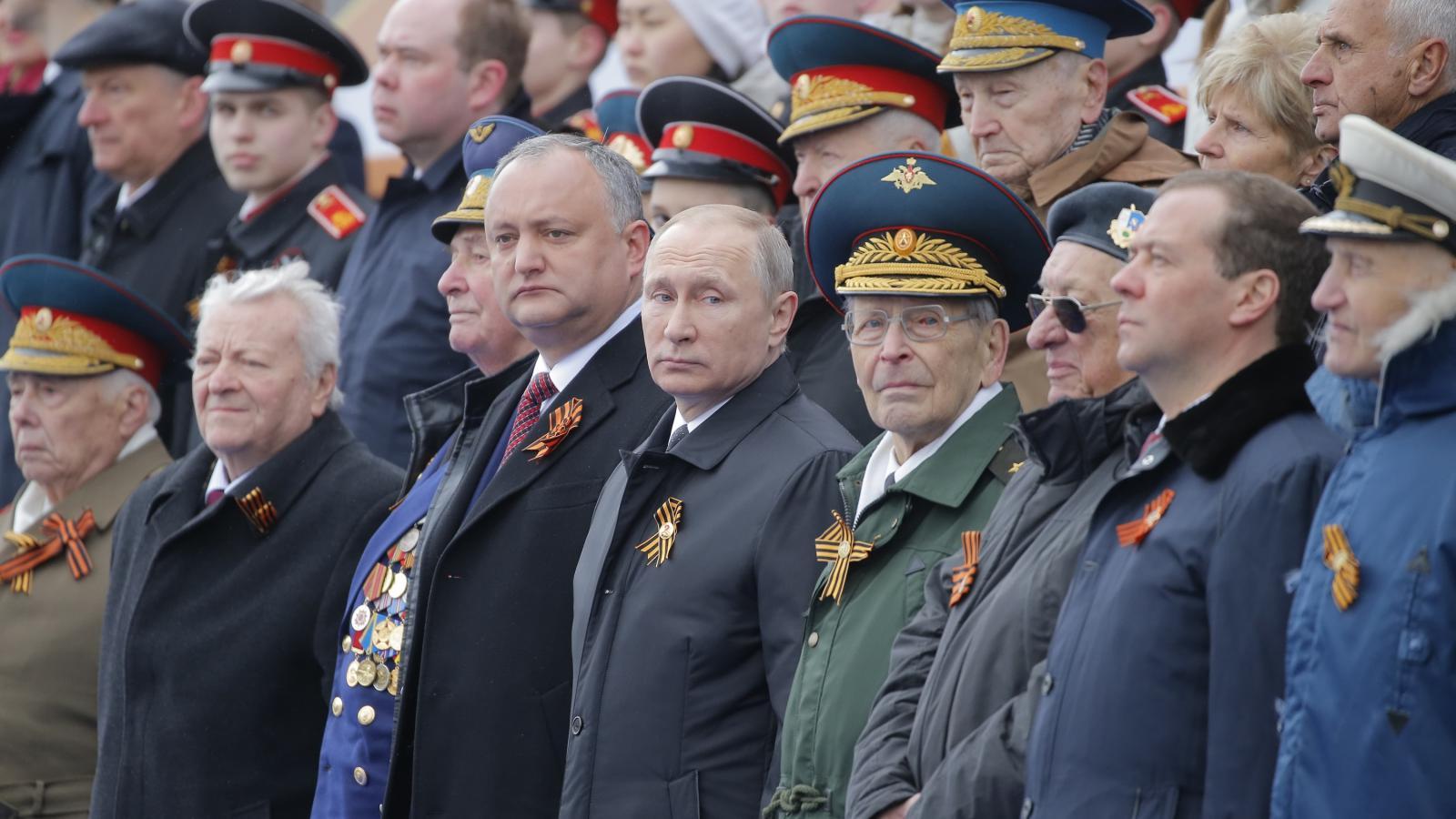Moskevské přehlídce při oslavách Dne vítězství přihlíží i ruský prezident Vladimir Putin nebo ruský premiér Dmitrij Medvěděv