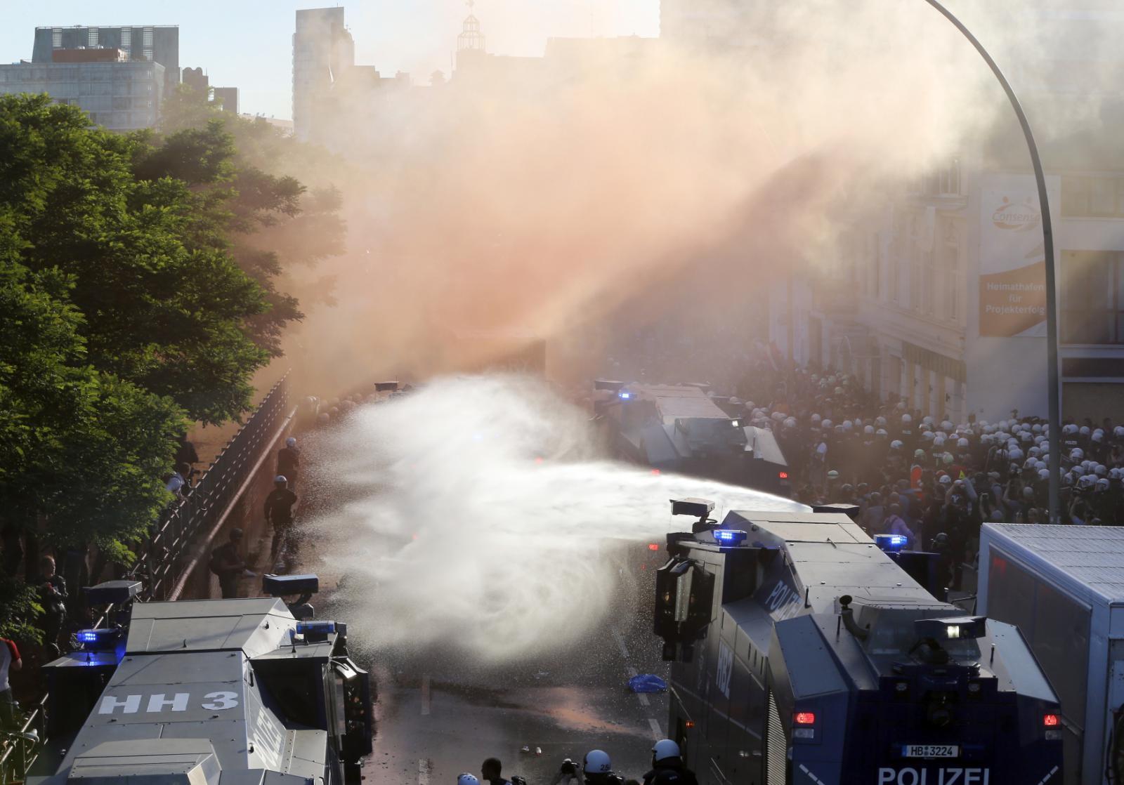 Policie proti demonstrantům použila vodní děla