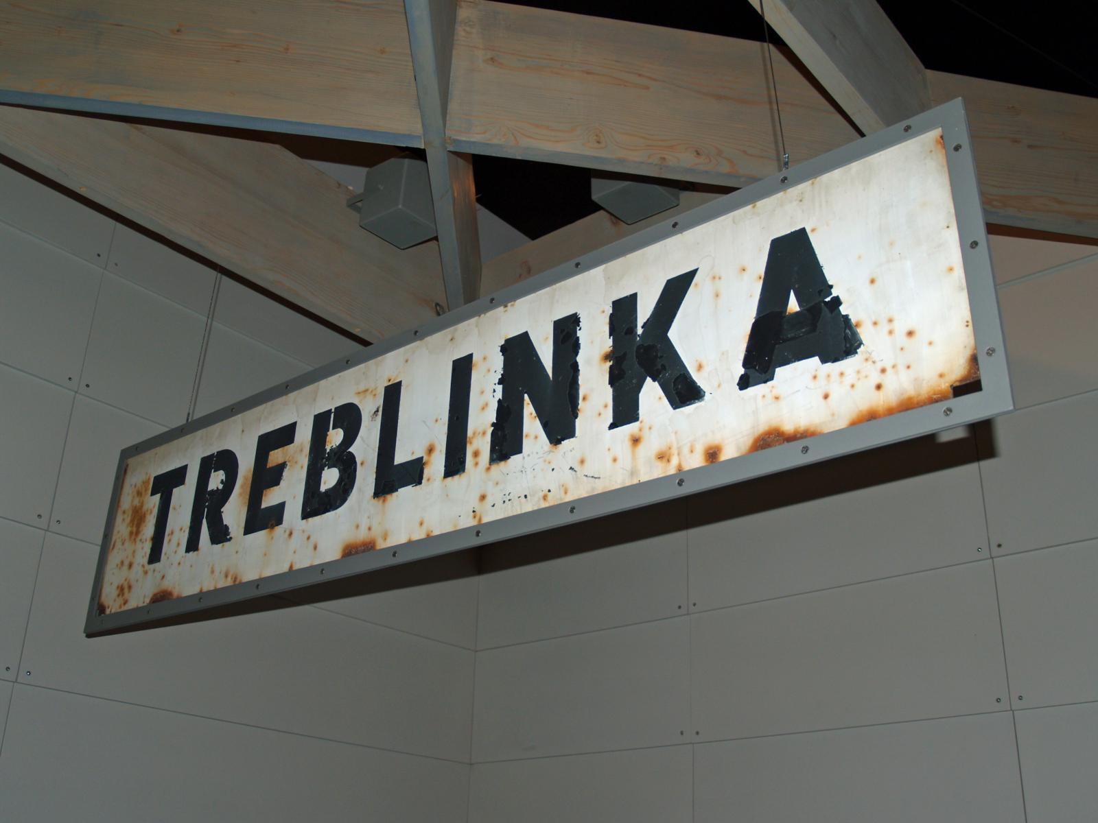 Cedule na železniční zastávce Treblinka, kde nacisté zřídili tábor smrti