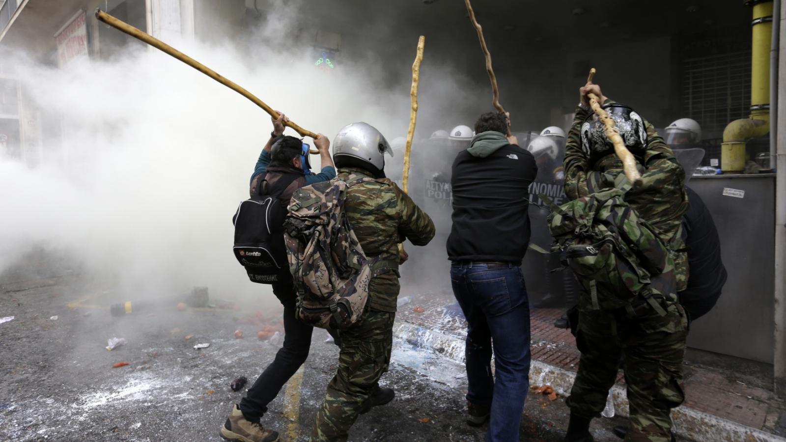 Střet řeckých zemědělců s policií před ministerstvem zemědělství