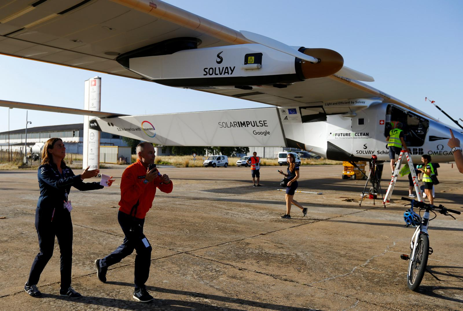 Solar Impulse 2 po přistání v Seville