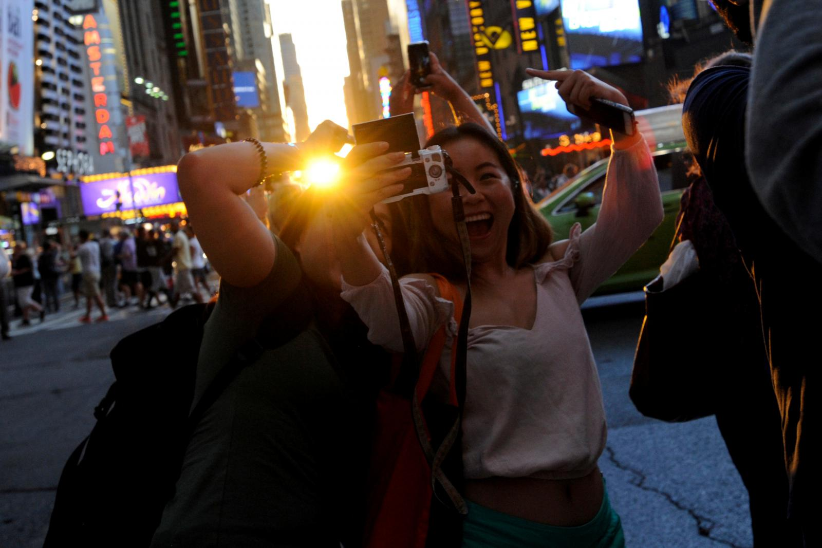 Lidé se fotí během úkazu Manhattanhenge