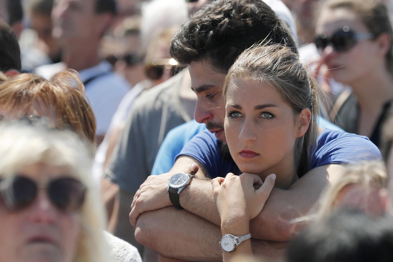 Lidé se před polednem shromáždili na místě masakru
