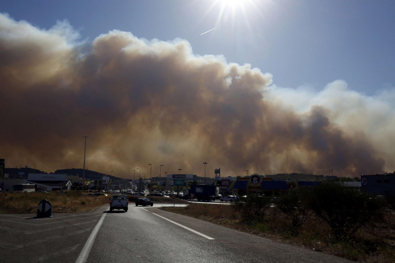 Ničivý požár se blíží k Marseille