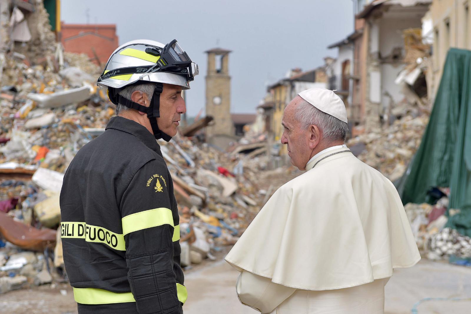 Papež František při hovoru s jedním z místních záchranářů