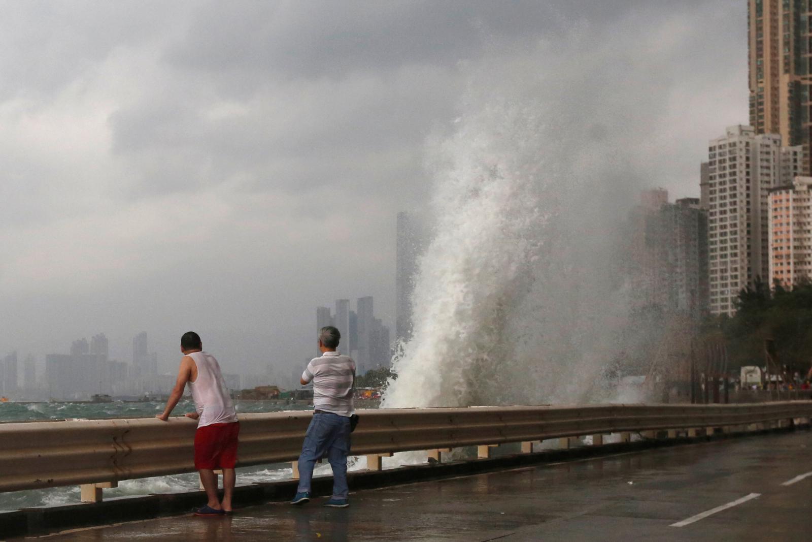 Lidé pozorují rozbouřené moře