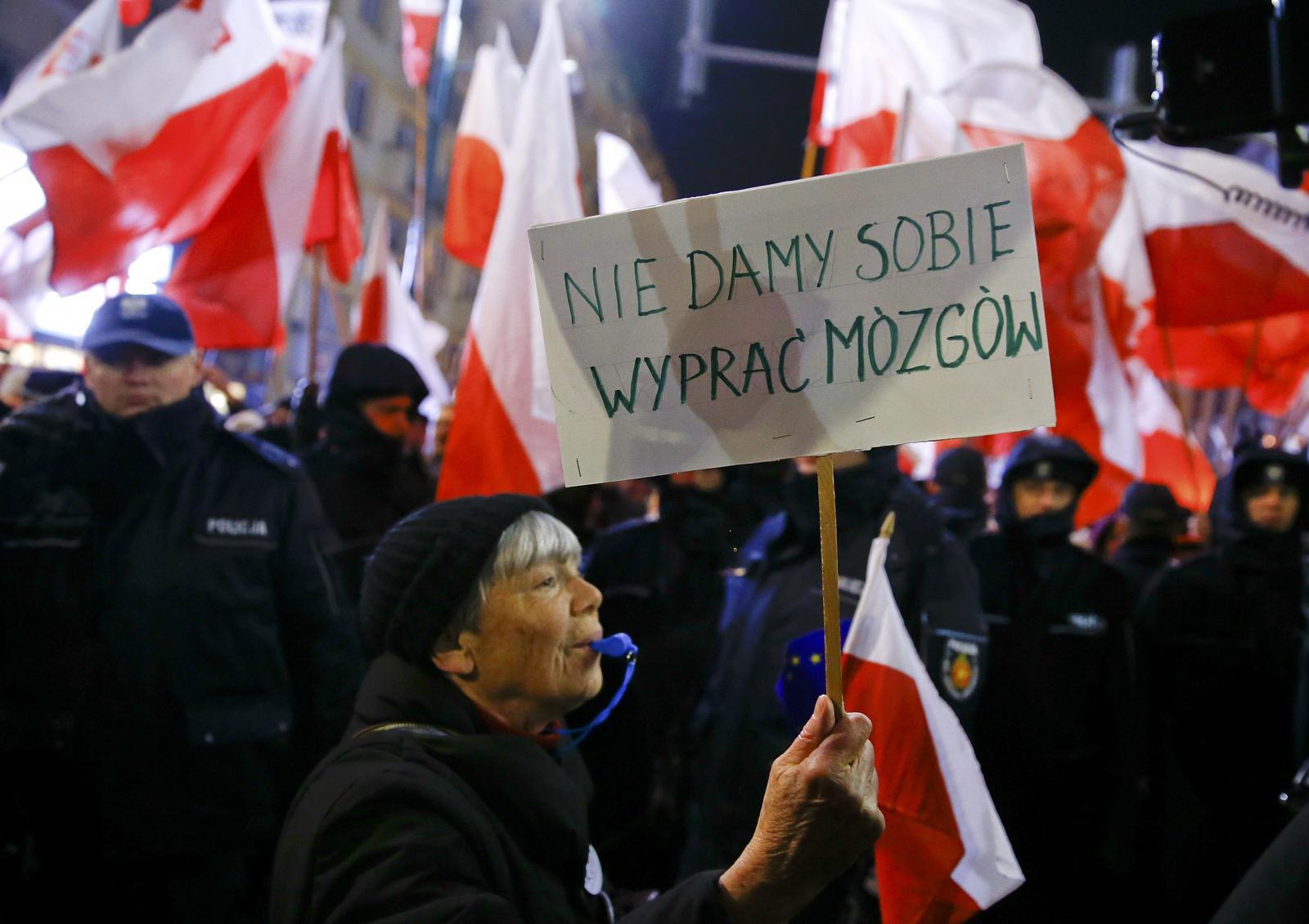 Na výročí vyhlášení výjimečného stavu protestovali příznivci i odpůrci vlády