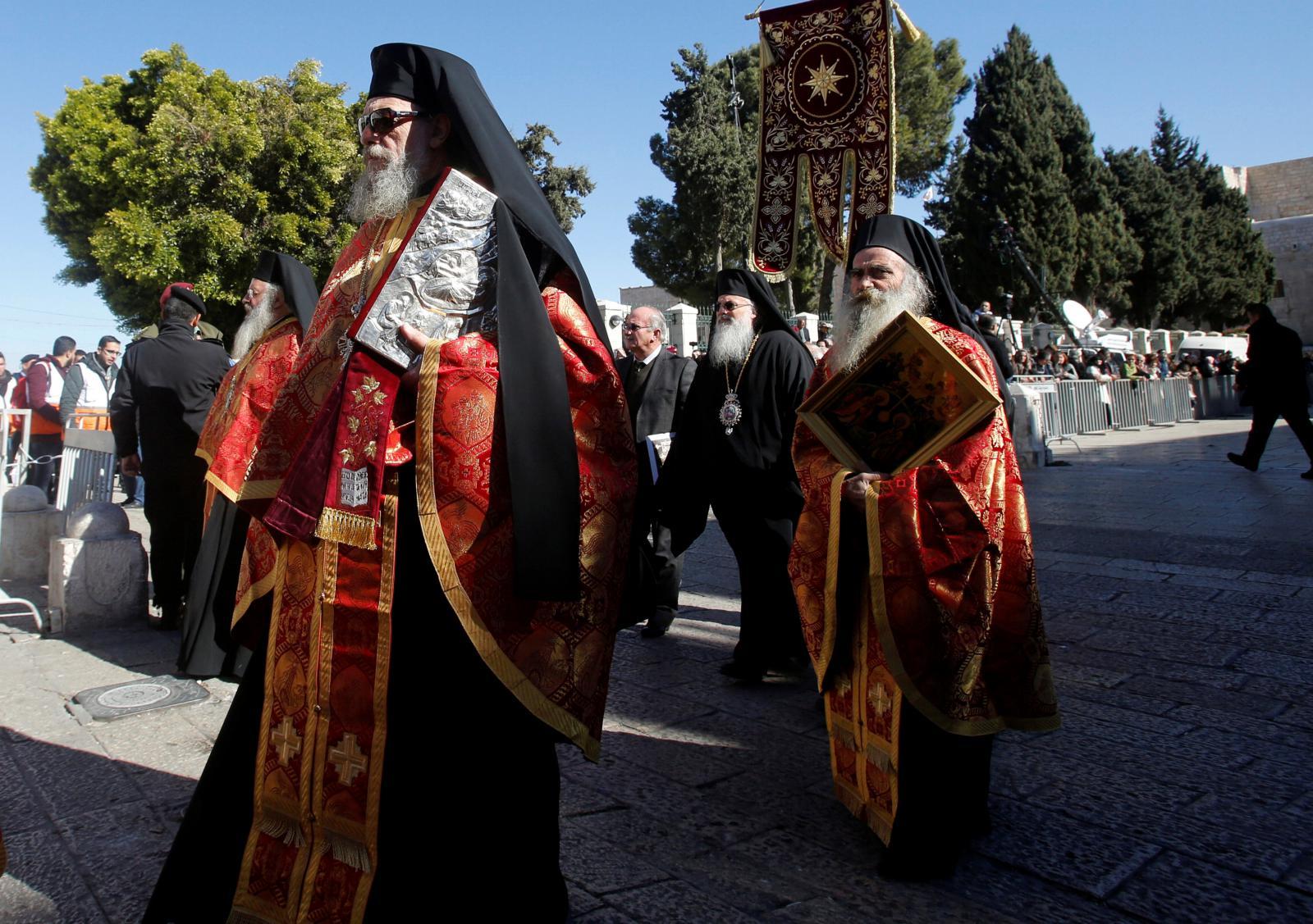 Kněží při průvodu v centru Betléma