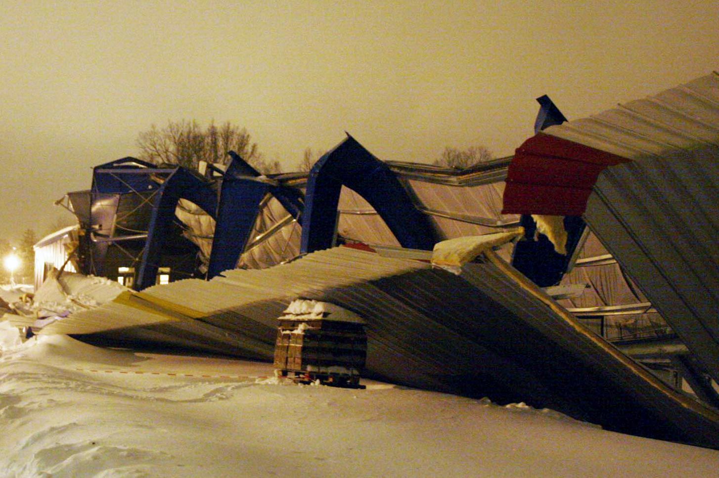 Propadlá střecha hokejového stadionu v Humpolci