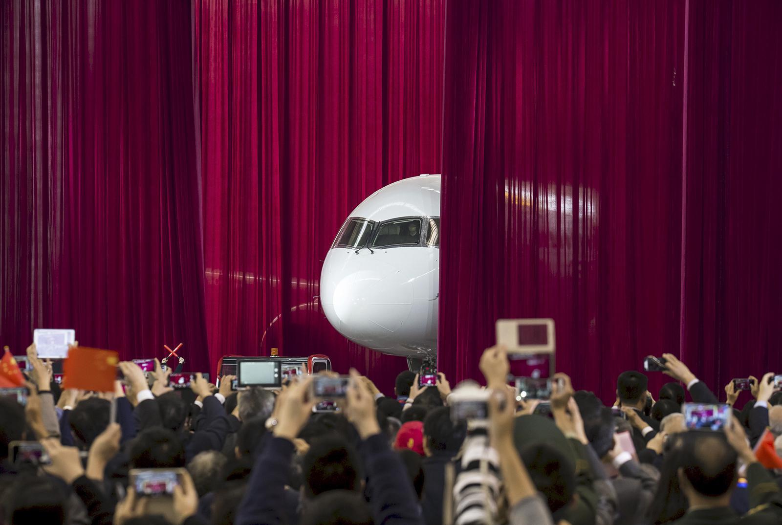 Čínské dopravní letadlo COMAC C919 chce konkurovat obrům z dílny Airbus a Boeing.